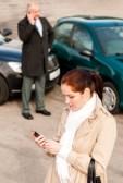 15566878-mujer-que-llama-seguro-despues-de-accidente-de-coche-accidente-problema-problemas-del-hombre
